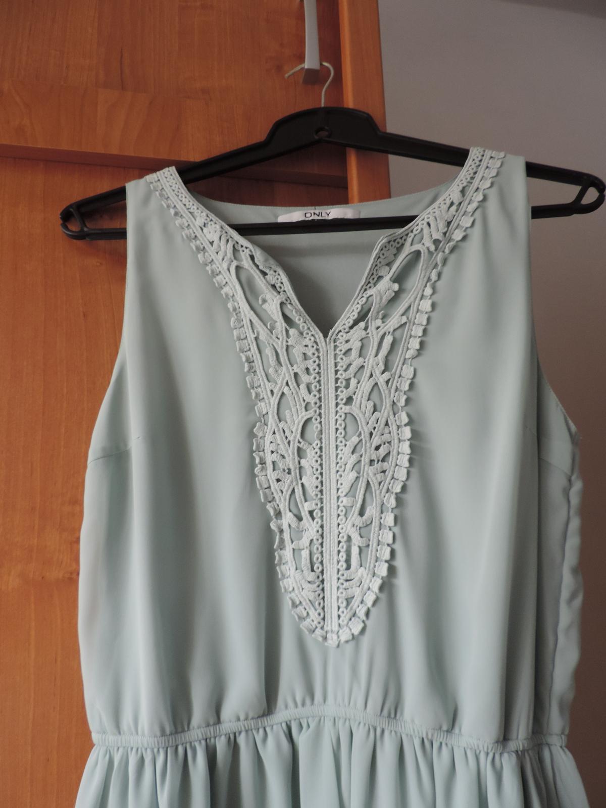 Zelené šaty s čipkovaným dekoltom - Obrázok č. 2