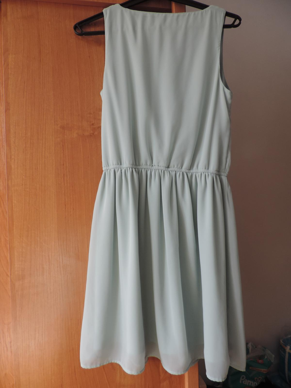 Zelené šaty s čipkovaným dekoltom - Obrázok č. 3