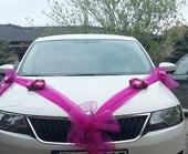 cyklaménová šerpa s umelými kvetmi na auto,