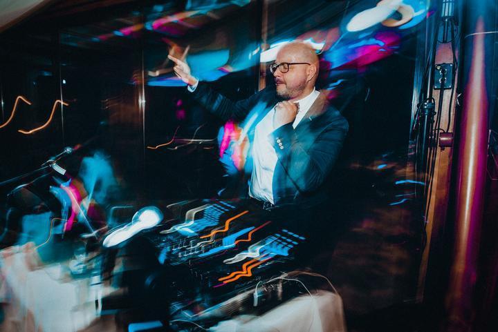 Všimli ste si nový článok o DJ-och s NAJ preferenciami? Možno pomôže pri vyberaní :) https://www.mojasvadba.sk/najoblubenejsi-dj/ - Obrázok č. 1