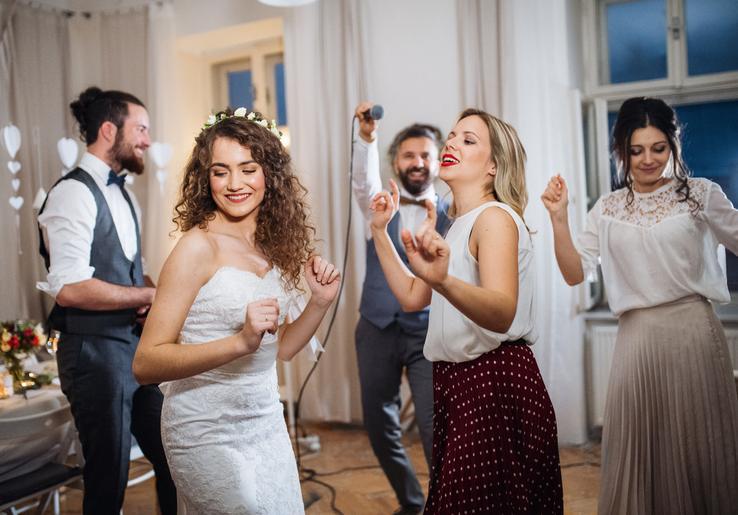Opýtali sme sa DJ-ov, ktoré piesne sa na svadbách hrajú najviac? Aké piesne tipujete? :)  https://www.mojasvadba.sk/rozhovor-s-dj/ - Obrázok č. 1