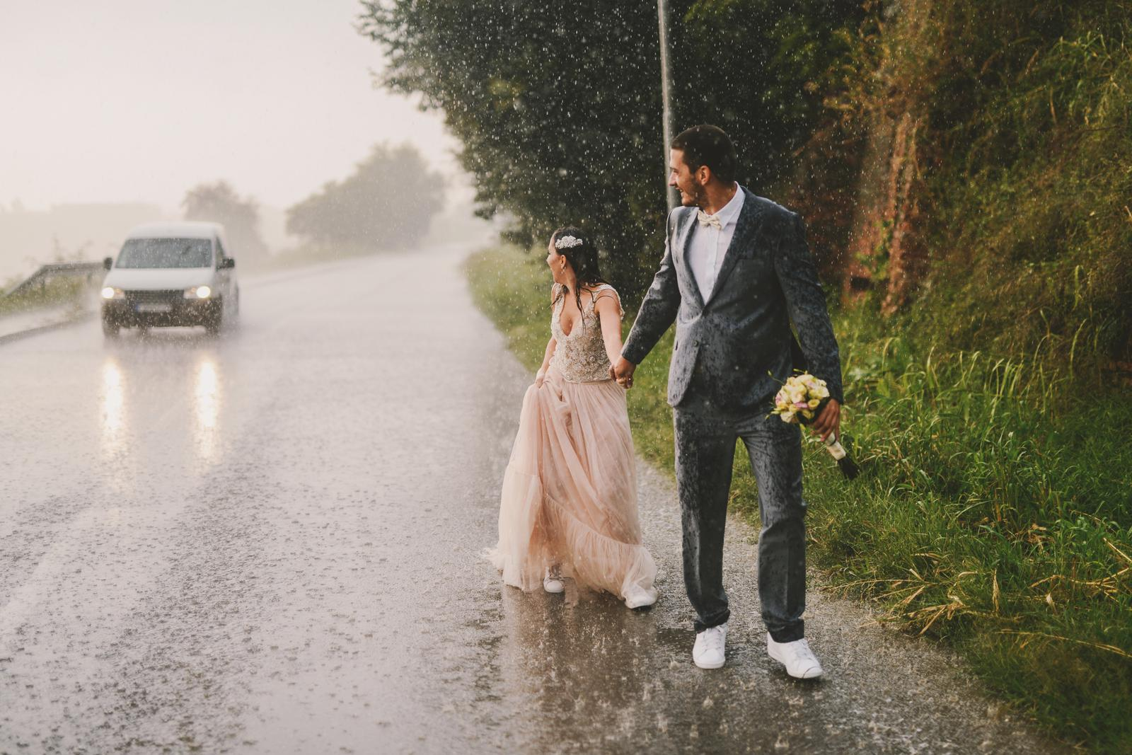 Aký vtipný moment sa udial na vašej svadbe? Podeľte sa so mnou v komentároch a možno sa objavíte v tomto článku :) https://mojasvadba.zoznam.sk/najvtipnejsie-svadobne-momenty/ - Obrázok č. 1