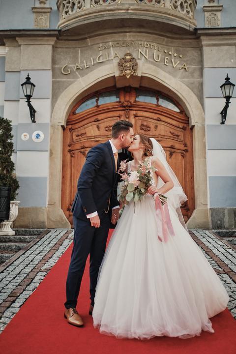 Čítali ste už rozhovor s nevestou Diankou o jej romantickej svadbe v Zámockom hoteli Galicia Nueva? :) Vydarili sa im naozaj krásne fotky a tá výzdoba...wau! https://mojasvadba.zoznam.sk/svadba-v-galicia-nueva/ - Obrázok č. 1