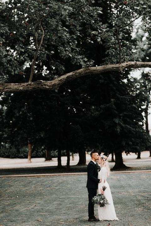 Táto fotka ma úplne očarila. Preto som s Veronikou urobila rozhovor o jej romantickej greenery svadbe :) https://mojasvadba.zoznam.sk/greenery-svadba-v-reastaurant-kalvin/ - Obrázok č. 1