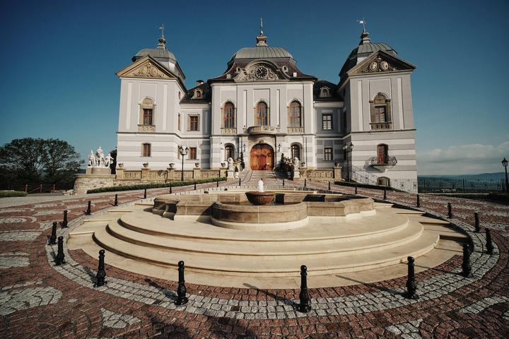 Baby, ak hľadáte svadobné rozprávkové svadobné miesto, určite pozrite do tohto nášho zoznamu slovenských kaštieľov, hradov a zámkov vhodných na svadbu :) https://mojasvadba.zoznam.sk/kastiele-zamky-hrady-na-svadbu/ - Obrázok č. 1