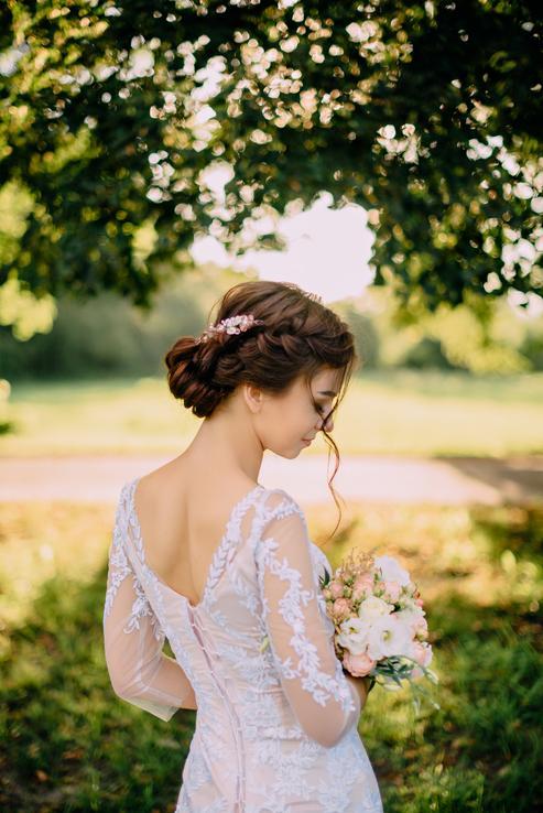 Vybrať si dokonalý svadobný účes nie je ľahké. Preto som pre vás prichystala tento článok. Verím, že pomôže :) https://mojasvadba.zoznam.sk/svadobne-ucesy/ Rada by som doň doplnila účesy reálnych neviest, ak by ste mali chuť sa v ňom objaviť, na píšte mi :) - Obrázok č. 1