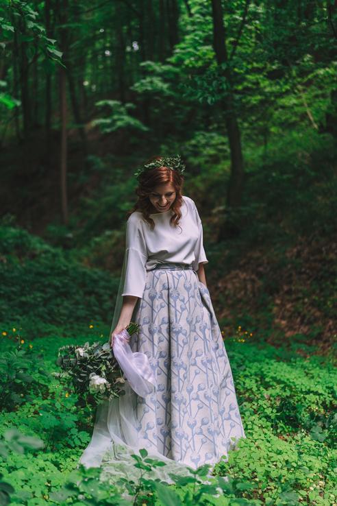 Videli ste tieto nádherné svadobné šaty s makovičkami? Je to vlastne sukňa a halenka - originálny nápad, čo poviete? Prečítajte si aj rozhovor s nevestou :)  https://mojasvadba.zoznam.sk/svadba-v-poltari/ - Obrázok č. 1