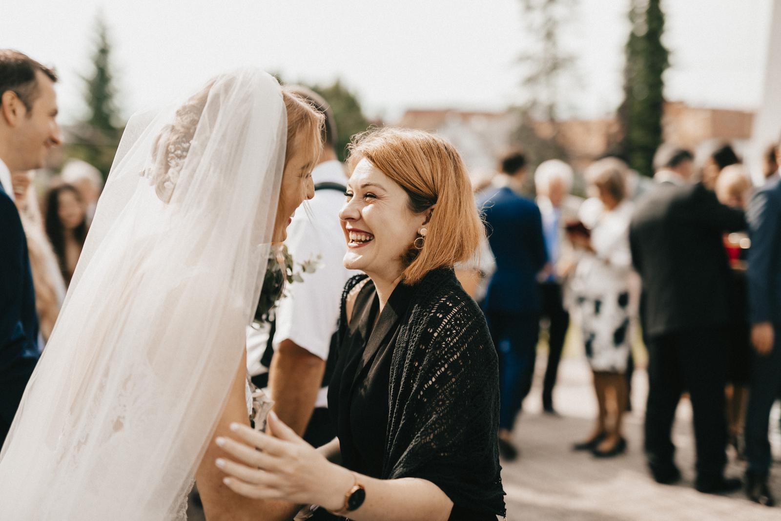 Tento rok sme aj my boli na jednej krásnej svadbe mojej spolužiačky Aničky a jej francúzskeho manžela Thierryho. Svadba sa konala na Sliači v Golf Resort Tri duby a bola skvelá :) Pilo sa slovenské aj francúzske víno, nechýbali slovenské zvyky a tradície, a aj môjmu španielskemu Tonymu sa veľmi páčili. Najmä čepčenie a cimbalovka boli super. Sobáš bol v katolíckom kostole na Sliači. Čoskoro s Aničkou pripravím aj rozhovor a bude aj viac fotiek! - Obrázok č. 2