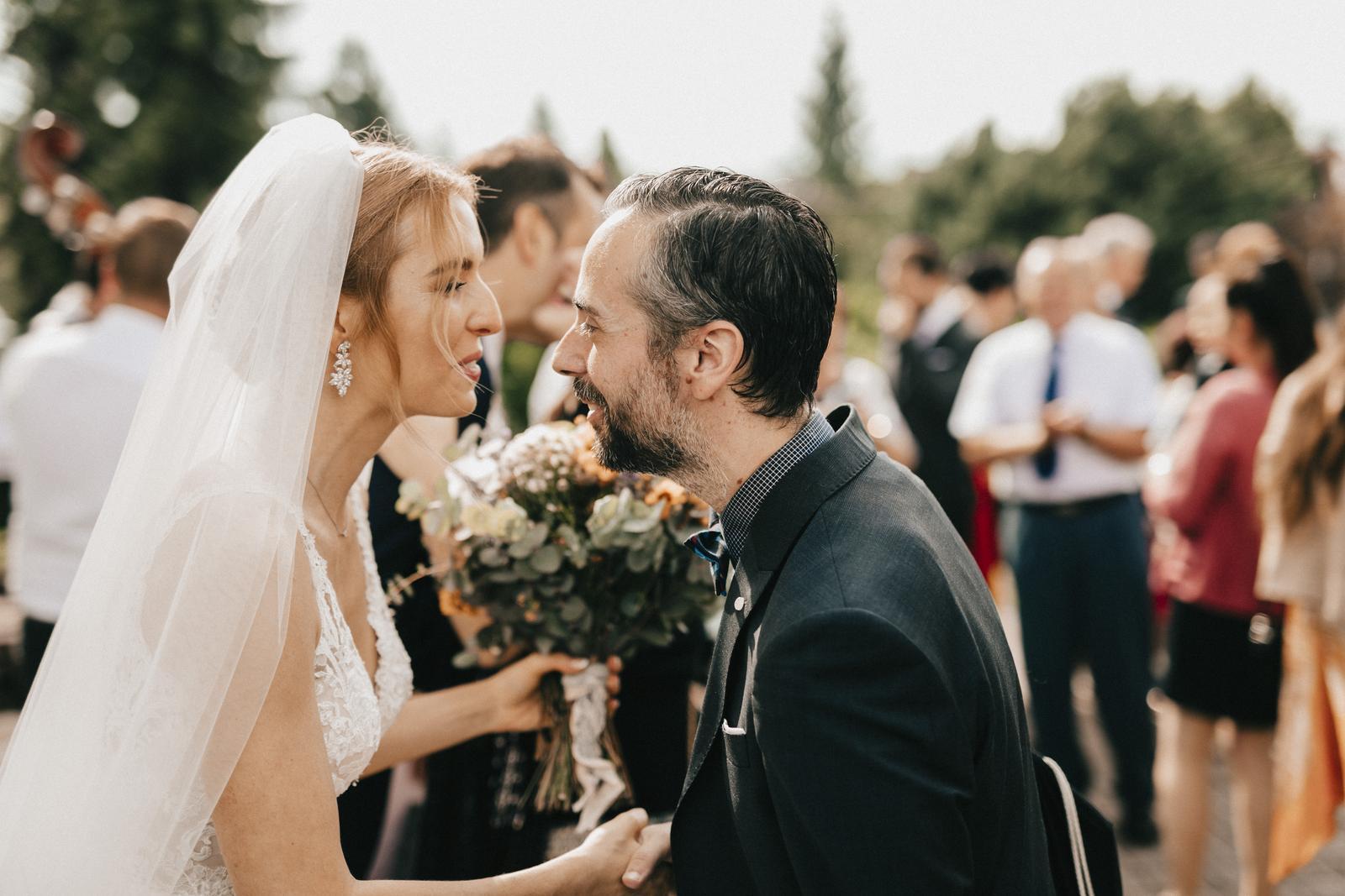 Tento rok sme aj my boli na jednej krásnej svadbe mojej spolužiačky Aničky a jej francúzskeho manžela Thierryho. Svadba sa konala na Sliači v Golf Resort Tri duby a bola skvelá :) Pilo sa slovenské aj francúzske víno, nechýbali slovenské zvyky a tradície, a aj môjmu španielskemu Tonymu sa veľmi páčili. Najmä čepčenie a cimbalovka boli super. Sobáš bol v katolíckom kostole na Sliači. Čoskoro s Aničkou pripravím aj rozhovor a bude aj viac fotiek! - Obrázok č. 3