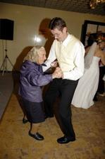 takto tancuje nevestina prababka, ta by este aj certa utancovala :-)