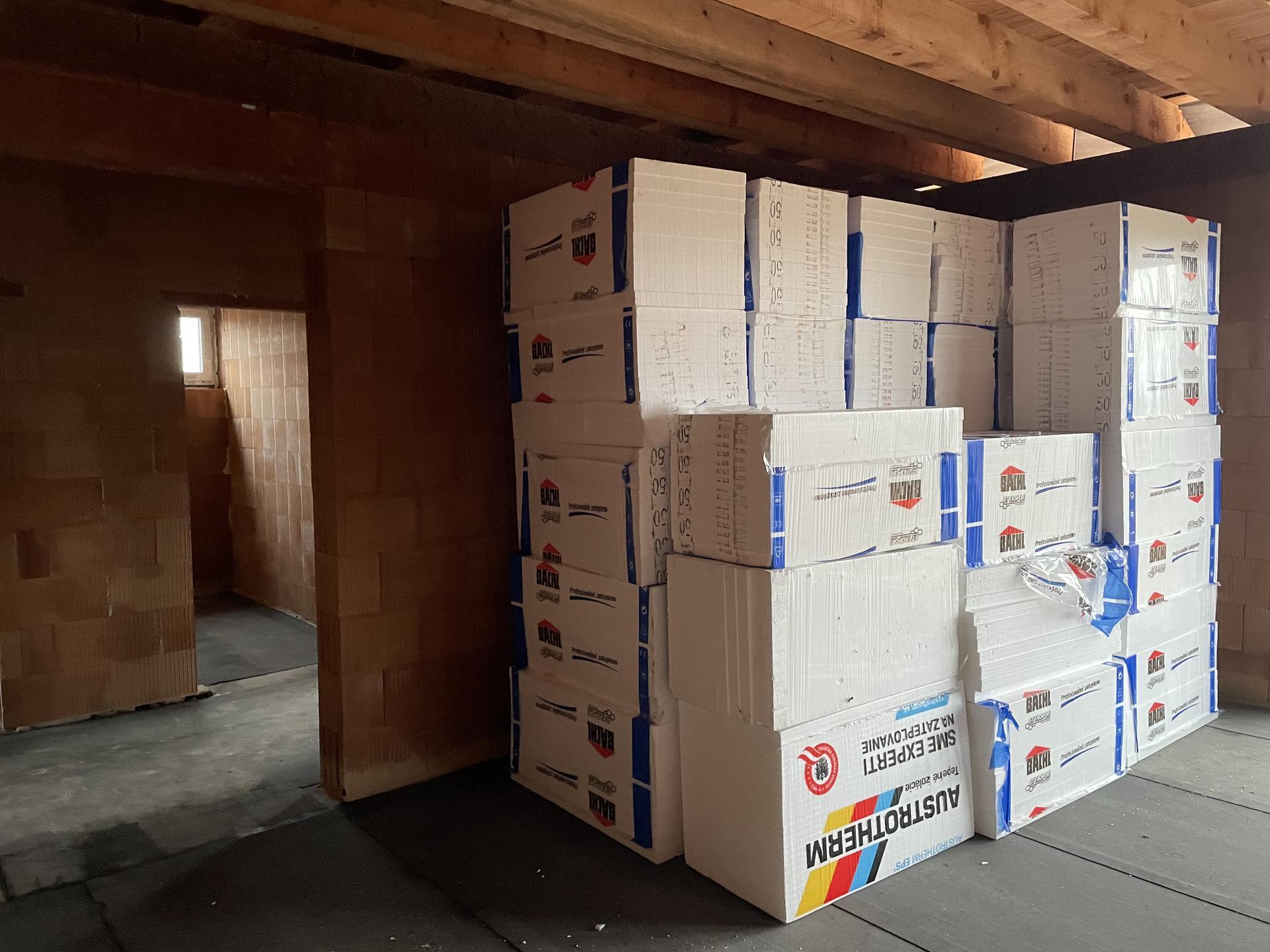 Náš domov :) - Pripravený podlahový polystyrén, podlaha zaizolovana