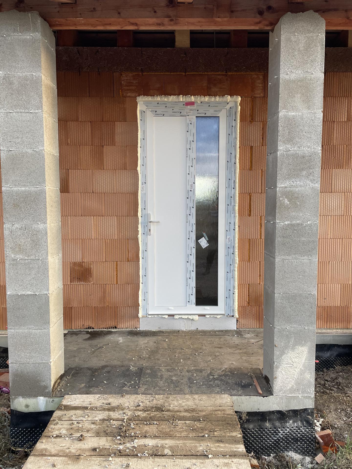 Náš domov :) - Dorazili aj vstupné dvere