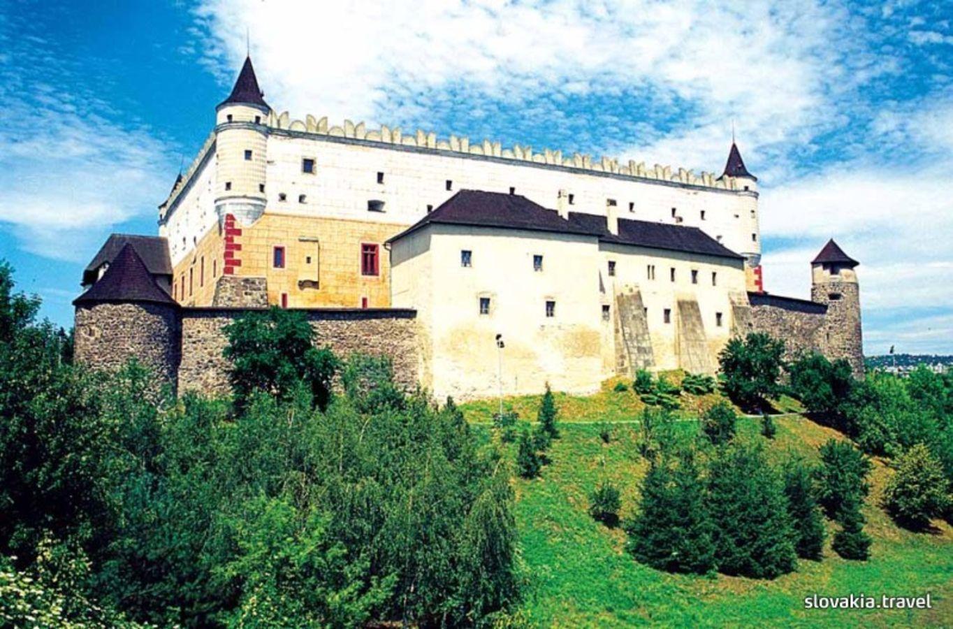 Čierna na svadbe - obrad máme na zvolenskom zámku..no nie je krásny? :)