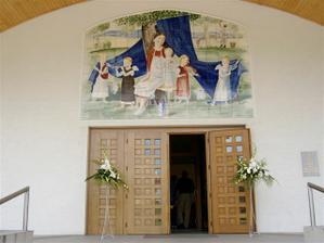 stojany před kostelem