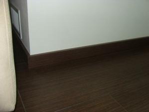 listy k podlahe, bez rohov, je to tam zapilovane a netreba ziadne koncovky