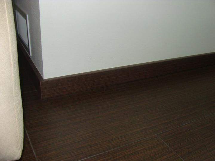 Domček skutočnosť - listy k podlahe, bez rohov, je to tam zapilovane a netreba ziadne koncovky