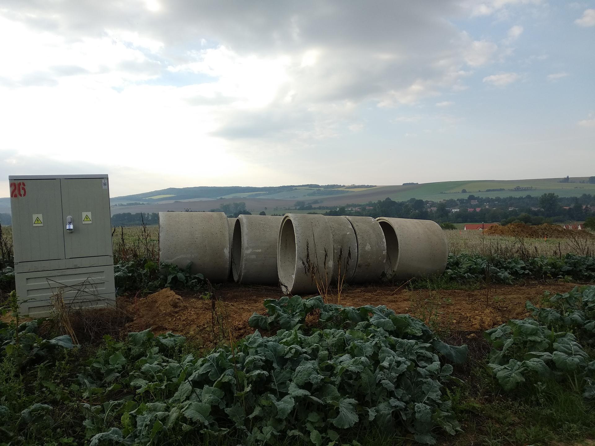 """Staviame Pod vinohradmi 🍇 - 9/2020 po dlhých mesiacoch čakania na """"jednu pečiatku"""" od pozemkového fondu máme konečne aj stavebné povolenie a môžeme začať kopaním studne."""