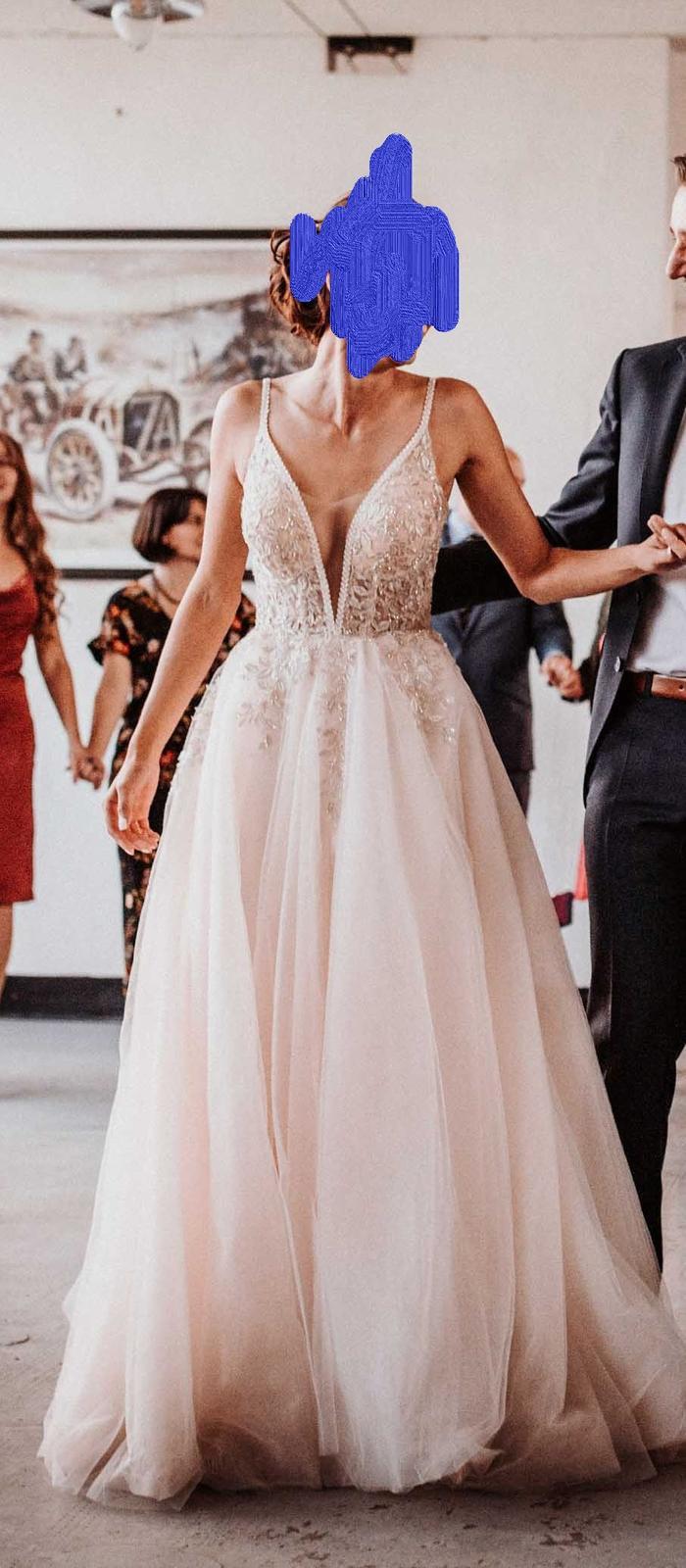 Krajkové svatební šaty s výstřihem do V a volnými zády - Obrázek č. 1