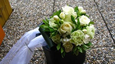 kytici jsem si uvazala vlastni, den pred svatbou, trvalo to 40 minut, 3 bile ruze, 7 zelenych karafiatu, 3 bile frezie, 3 bilo zelene kopretinovite chrysantemy, vrbina, zlaty dest-listy,barvinek, 3 listy pokojove rostliny (neznam jmeno), cca 250 kc ;