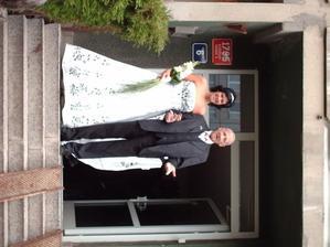 tatínek s nevěstou při odchodu z domu