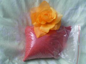 Písek a růžička na prstýnky (na skleněném tácku a dva špendlíky v růži budou a na tom prstýnky)
