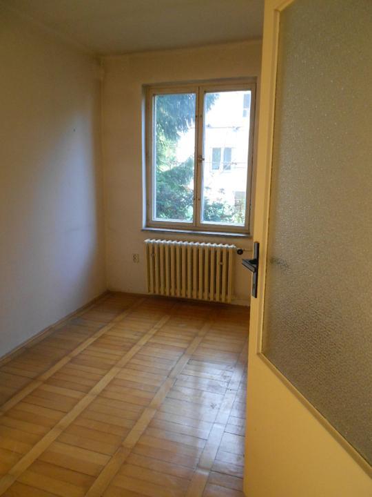 Původní stav - okno, topení, podlaha půjdou pryč, pak nová elektřina, omítky, malba