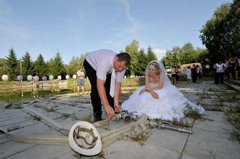 Ženich pracuje a nevěsta dohlíží
