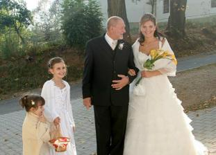 s otcom a druzickami pred kostolom