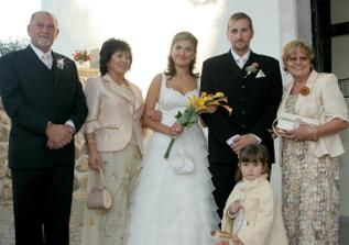 s rodicmi pred kostolom