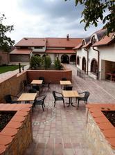 Krásný dvůr Hotelu Vinopa