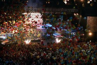 padanie balonov na hosti alebo mozno pri prvom tanci