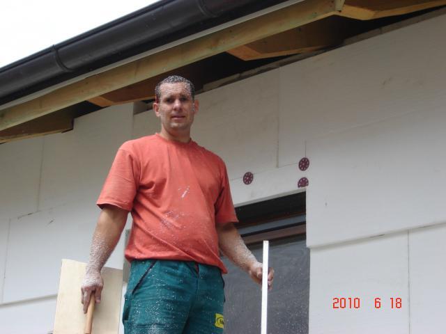 20.júla 2008 sme sa nastahovali do nasho domceka - Pri šmirglovaní bol náš dvor dobreeee zasnežení :))) ako aj náš tatino:))))
