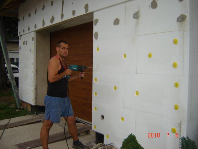 20.júla 2008 sme sa nastahovali do nasho domceka - vrtáme dierky na štupľe:))) Bolo to hrozné vydržať vo  vnútry:)))
