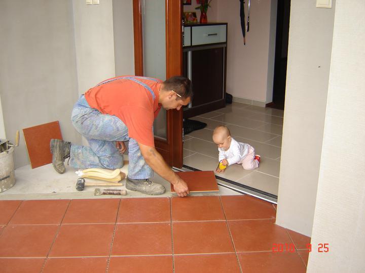20.júla 2008 sme sa nastahovali do nasho domceka - ukladáme dlažbu pri vchode