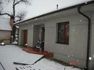 Domček hotový.... na jar sa začne robiť brána :)