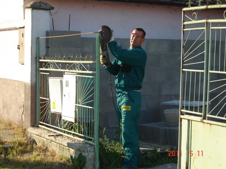 20.júla 2008 sme sa nastahovali do nasho domceka - ...a už sa rozoberá  stará brána... konečne :)