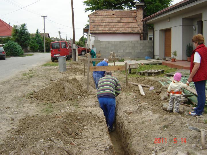 20.júla 2008 sme sa nastahovali do nasho domceka - ...kope sa základ brány ...