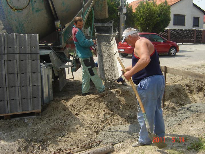 20.júla 2008 sme sa nastahovali do nasho domceka - ...zalievame betónom...