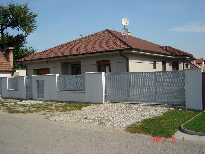 20.júla 2008 sme sa nastahovali do nasho domceka - a brána je hotová :)