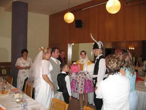 Tohle byla svatba Radkové sestry, originální předání svatebního daru v pravých slováckých krojích co říkát??..byli hodně v šoku..:))