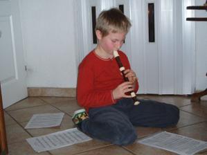 Můj synovec, povede moji družičku a takhle by nám mohl zahrát při obřadě na flétničku..asi ho ale nepřemluvím :-)