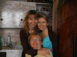 S mojí maminkou a sestřičkou, bez kterých se teď vůbec neobejdu, protože spolu brebentíme o svatebních přípravách a radí mi a pomáhají...