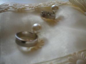 ...plaším se zkoušením na polštářku. A špendlíček takhle a takhle a mašličku zase takhle..musím se krotit nebo bude do svatby celý ošmatlaný. Každý večer teď dostávám otázku, jestli jsem ho dala spinkat..:-)))