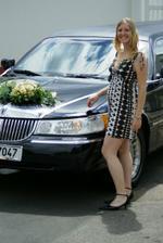 A tady ji máme, pozující u autíčka, modelku. Janí, bude z tebe krásná nevěsta a maminka!! :-))