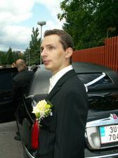 Ženich už netrpělivě popohání svatebčany k odjezdu..:-)