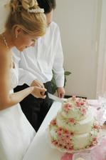 A je tu krájení dortu,jen jak to vidím tak se mi zbíhají sliny :))