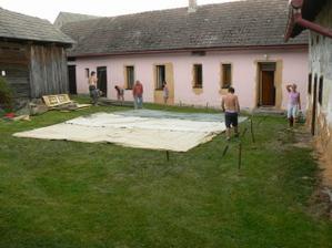 v pondělí před svatbou jsme stavěli stany na zahradní oslavu
