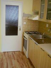 Celkový pohled na kuchyň i s novou podlahou