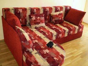 Malá, ale šikovná červená sedačka - ve skutečnosti je spíše vínová :-)