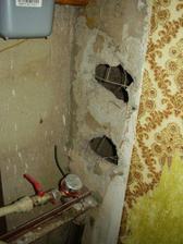 Toto zůstalo z WC.... Jsem zvědavá, jak zvládnu sundat ten úklidový papír ze zdí, kteří tam naši předchůdci nalepili kdysi místo tapet...